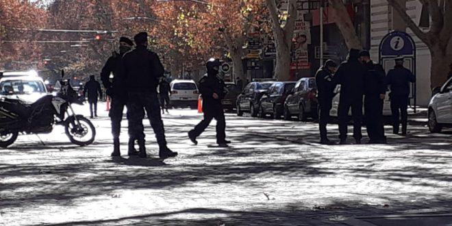 CRÓNICA SIN FIN: LA POLICÍA CON LA ORDEN DE DESALOJAR A MUNICIPALES DE CAPITAL